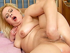 MILF Madge is inserting a basebal bat and fisting